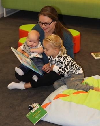 Att hitta glädjen i att umgås med boken tillsamans med sitt barn Foto: Ida Leijon (Eskilstuna stadsbibliotek)
