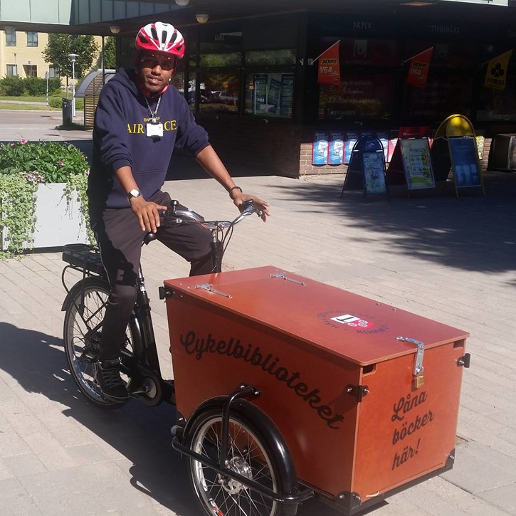 Samuel Habtemaram arbetar med cykelbiblioteket i Hallstahammar.