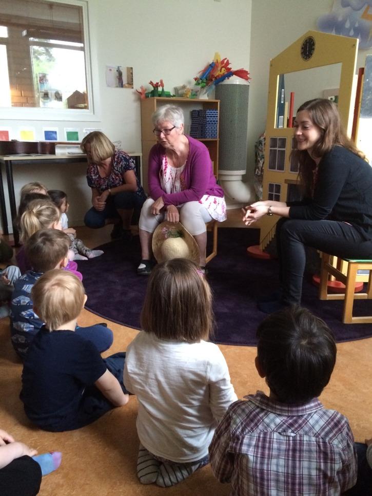 Sagolek på en förskola i Hallstahammar. Med projektledaren Åsa Flöje och bibliotekarien Anna Johansson.