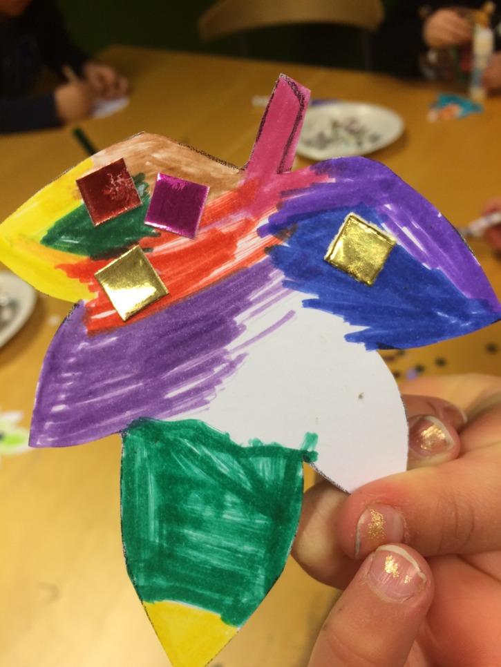 Barnen fick skapa egna löv i anslutning till sagostunden på biblioteket.