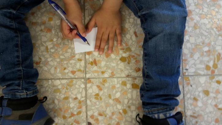 Workshop för elever i Arboga i samband med visning av utställingen. Foto: Sandra Öberg