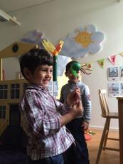 En pojke leker med en drake i projektet Sagospråk.