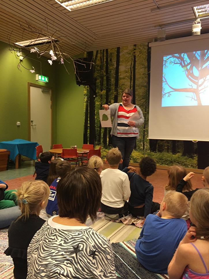 Bild från en sagostund på Önsta-Gryta bibliotek. Foto: Cajsa Broström