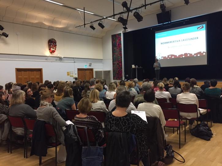 Över 100 deltagare, bibliotekarier och lärare,  på inspirationsdagen om barn- och ungdomslitteratur 3 maj 2017. Foto: Cajsa Broström