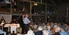 Alf Granberg framför Helgdagskväll i timmerkojan till ackompanjemang av orkestern som här förstärkts med Daniel på dragspel -  foto Lennart Castenhag