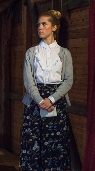 Linnéa Törnqvist som Sekreteraren i Kejsarens nya kläder. foto Sarah Tehranian