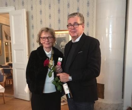Ing-Marie Ottosson överlämnade Rotary-rosen och en flaska vin efter föredraget i Vänersborg.