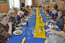 Kyrkliga arbetskretsen med inbjudna gäster vid påsklunchen den 29 mars 2010