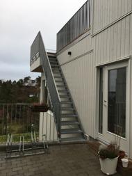 Galvad trapp med räcke