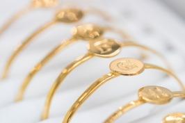 Våra populära bokstavsarmband från Syster P, finns i guld och silver.