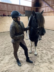 Johanna och Pegasus från Slätterne i ridhuset.