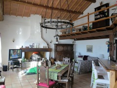 Stort Allrum med öppet upp till nock. Matbord för upp till 12 personer. 3 stora glasdörrar med utgång till den stora terassen.