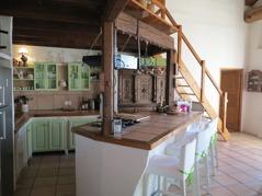 Rymligt kök med bardisk. Välutrustat för matlagning till många. Kyl/frys, diskmaskin, kaffemaskin, mikro, ugn. gasspis mm.