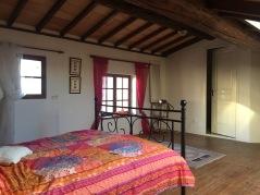 Sovrum högst upp med plats för 3-4 st. Eget badrum. Vy mot gatan och underbar vy över vinfälten i söder