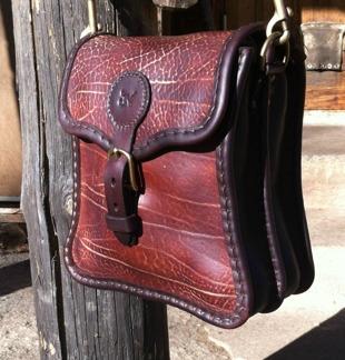 Kurvig handväska - rödbrun