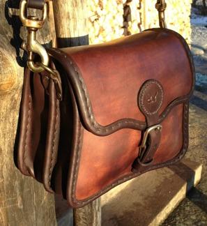 Liten kurvig handväska - brun