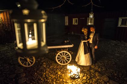 Lantlig miljö för vinterbröllop & vigsel. Vi dukar upp för vinterbröllop i vår varma & gemytliga ladugård här i Rönnås Lada Varberg & Falkenberg, Halland. Fotograf Eva-Lena Johnsson
