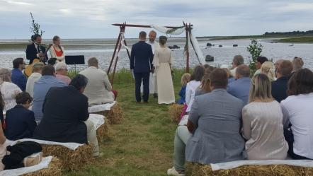 Lantlig vigsel vid stranden & bröllop i Rönnås Lada, mellan Varberg & Falkenberg Fotograf Louise Johansson, wildstories.se