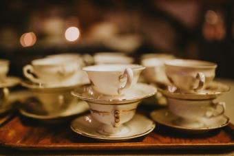 Gamla fina kaffekoppar ger dukning med känsla.