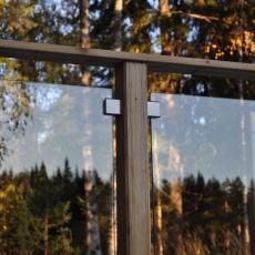 klämfästen-glasräcke-trästolpar