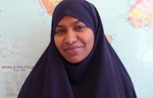 Fartun Ahmad läser på Språk & Samhälle, läs mer här