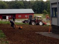 Angereds gårds lada med en traktor framför.