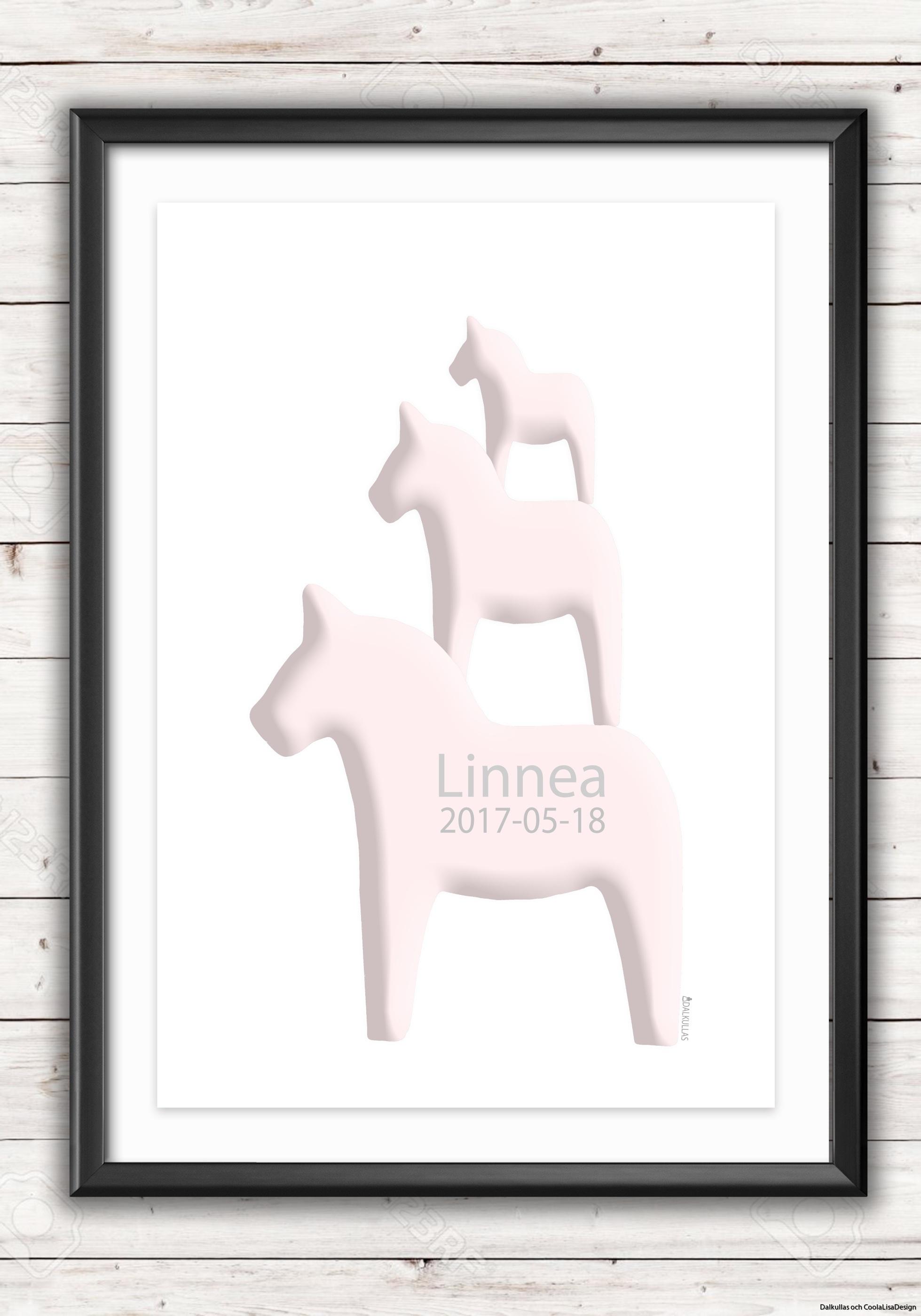 namntavla i ram med tre rosa dalahästar