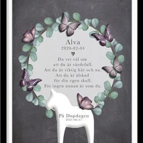 doptavla med rosa fjäril och dalahäst på mörk botten