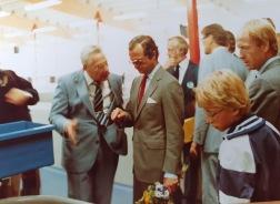 En intresserad Carl XVI Gustaf på rundvandring vid anläggningen i Kälarne 1983