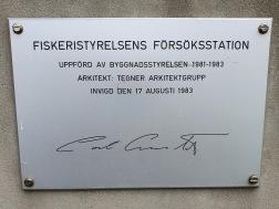 Anläggningen förärad med en plakett efter kungens besök 1983.