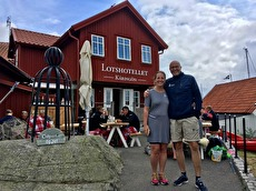 Milla & Klas utanför hotellet