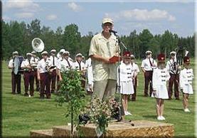 Lars-Gunnar Erlandsson, känd radioröst i P1, var presentatör. Njudungsorkestern och Drillflickorna uppträdde.
