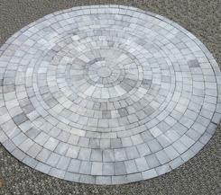 Stencirkel i grå natursten i granit