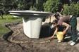 annlägga formpressad damm i trädgården