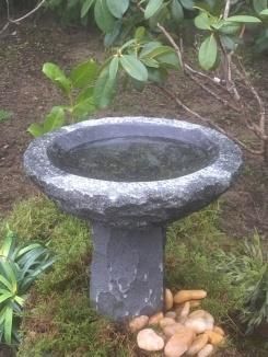 fågelbad på fot, granitfågelbad, fågelbad i natursten