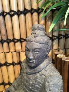 Trädgårdskonst Kinesisk krigare  Höjd ca 60cm Art.nr 10708  Våra trädgårdsskulpturer är tillverkade i gammal hantverkstradition, med tydliga detaljer. Våra kinesiska krigare kan stå utomhus året runt. Flera olika modeller finns att välja på i vårt sortiment. Välkommen till vår butik i Önnestad för att se vårt stora sortiment av trädgårdsfigurer.