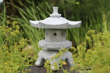 Japansk trädgård Rokkaku Yukimi stenhus