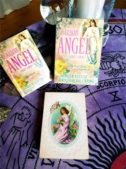 Guardian angel tarot cards - a 78-card deck and guidebook  by Radleigh Valentine - In English