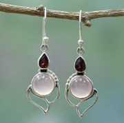 Örhänge med vit cateye sten och rödorange kristall