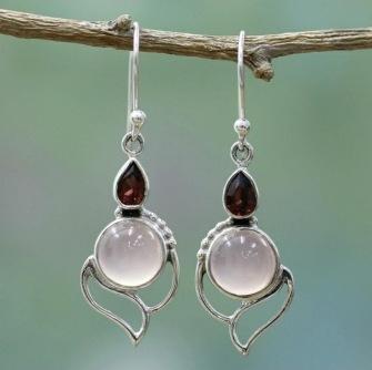 Örhänge med vit cateye sten och rödorange kristall -