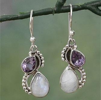Örhänge med droppar av vit cateye sten och lila kristall -
