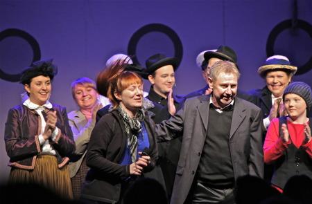 Sölve Aronsson ( manus, melodier, sångtexter ) och Malin Axelsson ( regi, koreografi ) fick stående applåder efter föreställningen.