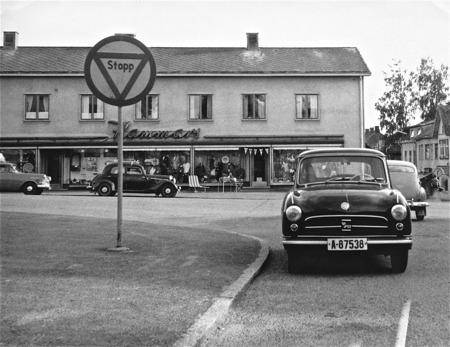 Årjängs centrum med högerkörande norsk bil (Sverige hade vänstertrafik).