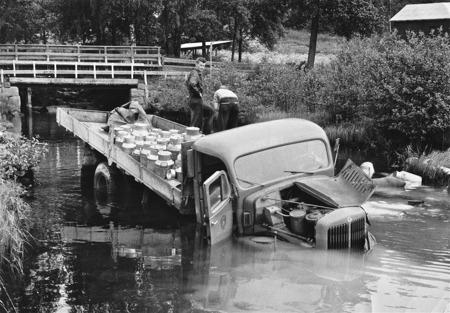 Mjölkbilen hamnade i ån vid Åsebyfors.
