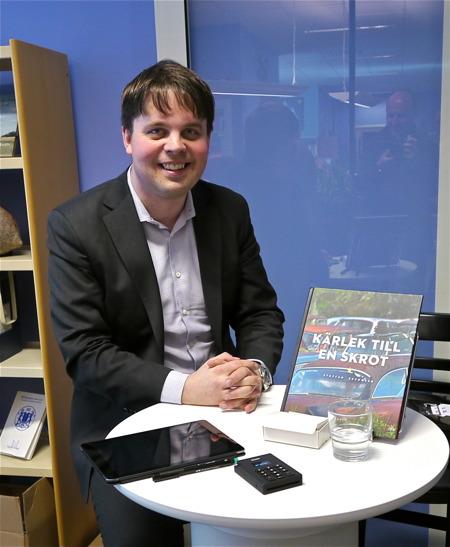 Fotografen Staffan Ekengren sålde och signerade sin bok Kärlek till en skrot.