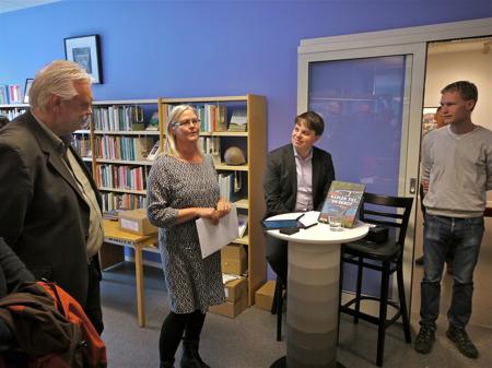 Mari Hermansson från bokförlaget VOTUM tackade Staffan för gott samarbete under produktionen av boken om bilskroten i Båstnäs.