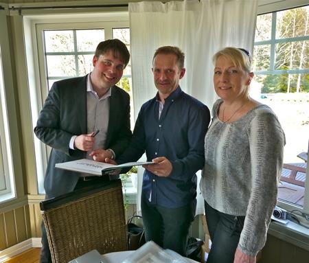 Gunnar och Susanne Henriksson får sin bok signerad av Staffan Ekengren.