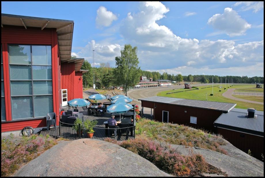 Restaurang Travmuséets uteservering vid Årjängs Travbana.