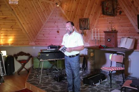 Domen i Högelians ägare Björn S. Hecter hälsar gästerna välkomna.