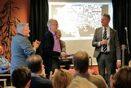 Kommunalråd Daniel Schützer släppte den nya boken på golvet och förklarade boken för släppt.